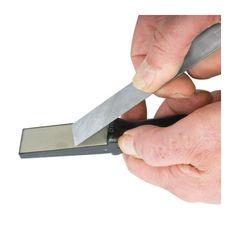 Pierre diamantée double face Pierre diamantée double face (grains 300 & 600) équipée d'une poignée solide facilitant l'emploi et la prise en main.