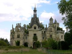 French castle Abandoned Castles, Abandoned Mansions, Abandoned Places, Castle House, Castle Ruins, Architecture Old, Beautiful Architecture, Old Buildings, Abandoned Buildings