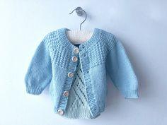 Johns hentesæt - strikket babytrøje - FiftyFabulous Baby Knitting Patterns, Baby Cardigan Knitting Pattern Free, Baby Sweater Patterns, Baby Outfits, Baby Blanket Crochet, Crochet Baby, Knitted Baby, Baby Pullover Muster, Shoulder Off