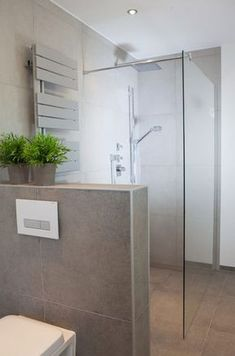 Walk-in shower with glass partition and half-high brick lining Walk-In-Dusche mit Glasabtrennung und halbhoher Abmauerung Walk-in shower with glass partition and half-high brick lining Modern Bathroom, Small Bathroom, Walk In Shower Designs, Glass Partition, Luxury Apartments, Bathroom Renovations, Bathroom Inspiration, Wet Rooms, House Design