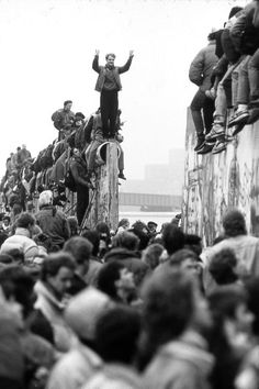 In the historic event occurred in which the Berlin wall was torn down. The Berlin wall was the boundary between east and west Germany, which separated communism and democracy. Berlin Hauptstadt, Art Mur, Foto Poster, Photo Images, Interesting History, World History, Photojournalism, Historical Photos, Black And White Photography