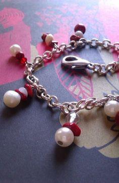 Pulsera de eslabones bañados en plata,con perlas,cuentas  de cristal y piedras rojas.  Muy navideña.Una forma diferente de llevar perlas, moderna ,jov