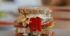 Fabulosa receta para Sándwich con sobras de pavo, cebolla roja y queso. Me encantan los sandwiches y cuando sobra pavo en Acción de Gracias o Navidad se convierte en mi sandwich favorito.