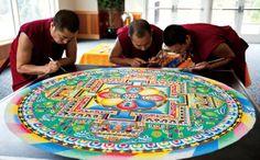 Tibetaanse monniken maken mandala met miljoenen zandkorrels