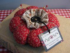 YO-YO Flower Pincushion by piccalilli days Sewing Hacks, Sewing Crafts, Sewing Projects, Sewing Box, Sewing Notions, Yo Yo Quilt, Needle Book, Cute Pins, Sewing Accessories