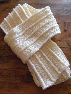 """""""スタークロッシェ""""という星模様がかわらしい編み方で編んだマフラーです。白い毛糸で編めば、雪景色にも似合うロマンチックな仕上がりになりますね。"""