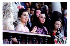 The Duchess of Alba in Seville with Jackie Kennedy Onassis, watching a Bullfight. Les Kennedy, Jaqueline Kennedy, Ethel Kennedy, Jacqueline Kennedy Onassis, Jackie Jackie, John Kennedy, Divas, Fashion Show Dresses, The Duchess