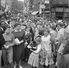 Petticoat Lane Market, Middlesex Street, Whitechapel, City Of London, Greater London Vintage London, Old London, London City, London History, British History, London Market, East End London, Greater London, London Photos