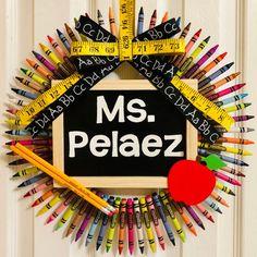 Teacher Crayon Wreath, Teacher Wreaths, Crayon Wreaths, New Teacher Gifts, Teacher Appreciation Gifts, Student Teacher, Back To School Art, Back To School Crafts, Classroom Wreath