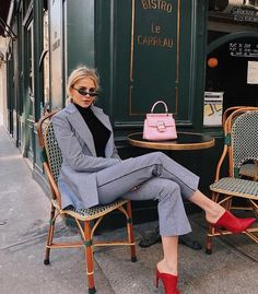 Bistro Le Carreau🌹🇫🇷 what's your favorite french food? Mine is fresh and warm 🥖 with salted butter Office Fashion, Business Fashion, Work Fashion, Fashion Outfits, Fashion Trends, Spring Look, Moda Formal, Parisienne Chic, Office Looks