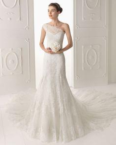 OYAMBRE - Vestido de encaje y pedrería en color natural  T5702- Diadema de cristal y metal, color plata