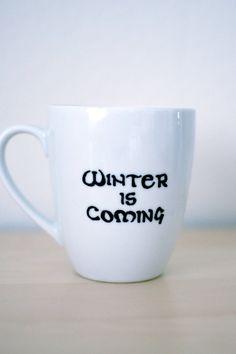 Der Winter kommt...    Die Starks sind so fröhlich! Schlagen Sie Angst in das Herz von jedem Lannister, mit dieser großen Hand bemalte Becher mit