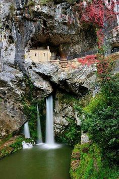 Lähin lentokenttä: Bilbo/Bilbao Capilla de Covadonga, Asturias, España Localizador GPS N W Parking. N W Santuario. Places To Travel, Places To See, Wonderful Places, Beautiful Places, Beautiful Scenery, Places Around The World, Around The Worlds, Magic Places, Asturias Spain