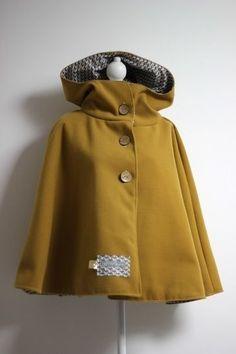 Cape pour femme - du 34 au au 52 chez Makerist - Image 1 Diy Cape, Girl Outfits, Fashion Outfits, Couture Sewing, Fashion Sewing, Couture Dresses, Diy Clothes, Fashion Models, Raincoat