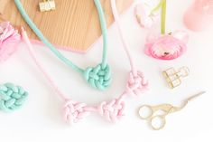 DIY-Idee: Knotenkette | Blog • alles-fuer-selbermacher Tassel Necklace, Crochet Necklace, Paracord, Diy And Crafts, Blog, Textiles, Creative Things, Jewelry, Knot Necklace