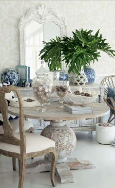 AMAZING DINING ROOM DECOR   The table is decorated witch glass pieces and neutral colors   http://www.bocadolobo.com/en/index.php   #diningroominterior #dinindroomdecor