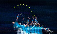 Fotografía tomada mediante múltiple exposición del servicio del tenista español Rafa Nadal contra el suizo Wawrinka. (GETTY IMAGES)