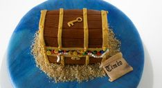 Ce qui est chouette avec la pâte à sucre c'est qu'on n'est pas limité par le temps pour la décoration d'un gâteau. On peut faire les décos plusieurs jours à l'avance, …