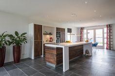 Een notenhouten maatwerk keuken van JP Walker uit Veenhuizen