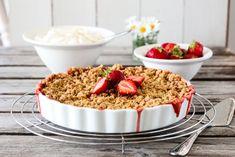 SMULDREPAI MED RABARBRA OG JORDBÆR | TRINES MATBLOGG Delicious Desserts, Nom Nom, Cereal, Food And Drink, Pudding, Sweets, Vegan, Baking, Breakfast