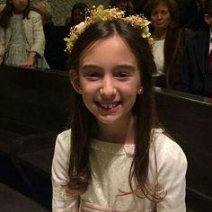 ... y esta es Maria, feliz con su #coronitasssh en su comunión! #tocados México. #coronitasdeflores. #plumas. #accesoriosbodas. #accesoriocomunion. #comunion. #arras. #diademasflores
