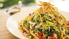 This healthy recipe from The Cheesecake Factory is one you& want to try at home. Piled High with Tortilla Strips, Lettuce and all your favorite toppings this Mexican Tortilla Salad would be perfect for Lunch or Dinner. Healthy Menu, Healthy Salads, Healthy Recipes, Yummy Recipes, Healthy Eating, Copycat Recipes, Yummy Food, Tortilla Salad Recipe, Salads