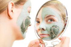 Eine Maske mit Heilerde wirkt heilend und beruhigend bei unreiner Haut und Pickeln. Nimm 3 EL Heilerde (Drogerie oder Apotheke) und vermische sie mit etwas warmem (abgekochtem) Wasser zu einer Paste. Du kannst 2-3 Tropfen Römische Kamille dazugeben, das wirkt heilend. Auch Teebaumöl (Melaleuca) oder Weihrauch (Frankincense) sind hier gut geeignet.