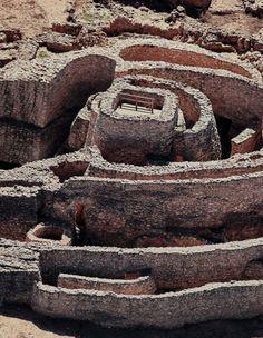 Hace 4.000 años, el agua era en La Mancha un bien tan preciado como ahora. Entonces, en plena Edad del Bronce (2200-1400 a.C.), sus habitantes se las arreglaron para construir este poblado fortificado, cuyas murallas esconden como en espiral, a través de muros concéntricos, un pozo profundo, de 16 metros, que está reconocido como el más antiguo de la Península. Firewood, Water Well, Elopements, Deep, Bronze, Tourism, Naturaleza, Woodburning