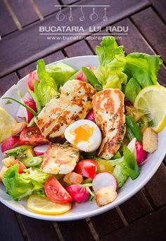 Salata cu branza halloumi marinata. #bucatarialuiradu Cheese Salad, Halloumi, 30 Minute Meals, Cobb Salad, Grilling, Bacon, Eggs, Fresh, Recipes