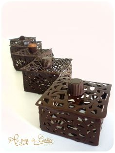Pralinenschachteln - Im Land von Candice , Chocolate Garnishes, Chocolate Pies, Chocolate Shop, Chocolate Art, Chocolate Molds, How To Make Chocolate, Homemade Chocolate, Elegant Desserts, Fancy Desserts