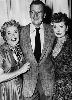 John Wayne with Lucille Ball and Vivian Vance behind the scenes of I Love Lucy John Wayne, Old Hollywood Stars, Classic Hollywood, Hollywood Icons, Vivian Vance, Lucy And Ricky, Desi Arnaz, Photo Vintage, Old Movie Stars