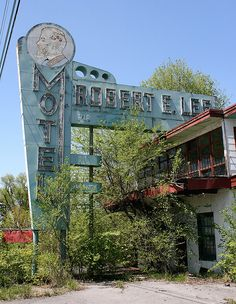 Heart Stopper! Virginia, Lee Highway The Robert E Lee motel has since been torn down. Luckily the sign has been saved and refurbished !