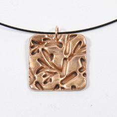 Collier métal bronze doré carré texuré