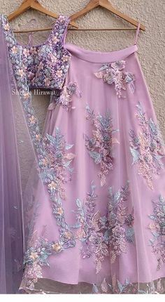 Cute pink skirt and floral applications Jupe rose mignonne et applications florales Indian Bridal Outfits, Indian Designer Outfits, Designer Dresses, Indian Gowns Dresses, Pakistani Dresses, Pakistani Bridal, Rosa Rock, Indian Lehenga, Lehenga Choli