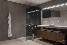 Betonciré - Micro-beton - Microcement in uw badkamer of toilet Beton Design, Master Bath, Bathroom Lighting, Toilet, Mirror, Furniture, Home Decor, Micro Cement, Bathrooms