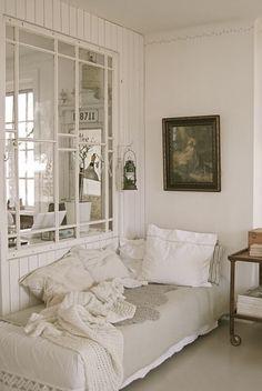 Groot raam in muur tussen twee kamers. Door Tiara