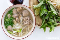 Restaurant Garlic Noodles (Mi Xao Toi) — Vietnamese Home Cooking Recipes Rice Noodle Soups, Beef Noodle Soup, Beef And Noodles, Garlic Noodles, Vietnamese Pork, Vietnamese Cuisine, Vietnamese Recipes, Vietnamese Restaurant, Mi Xao