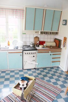 Cupboards, drawers, cooker, small glass drawers (redahylla), bread bin - I like everything about this kitchen. Vintage Kitchen, New Kitchen, Rustic Kitchen, Kitchen Dining, 1950s Kitchen, Diy Kitchen Decor, Kitchen Furniture, Kitchen Interior, Plywood Furniture