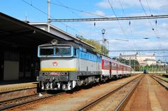 Rýchlik z Košíc do Bratislavy má vo Zvolene 20 min. prestávku. Zvolen leží takmer v strede cesty. Do Bratislavy je 200km a do Košíc 210km. Hlavná stanica vo Zvolene disponuje 15-timi koľajami a patrí medzi najväčšie na Slovensku. Ešte väčšia je nákladná stanica vo Zvolene, ktorej súčasťou sú aj ŽOS. 20 Min, Train, Home, Ad Home, Homes, Strollers, Haus, Houses