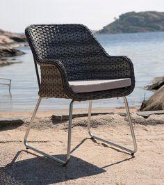 Stilig og elegant stol i rotting og med stolben i børstet aluminium. Outdoor Chairs, Outdoor Furniture, Outdoor Decor, Elegant, Home Decor, Classy, Chic, Decoration Home, Room Decor