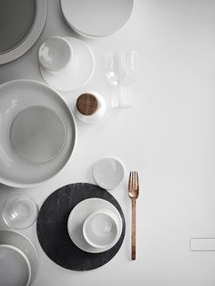 Thursday Tip: New Norm Dinnerware now available | Ems Designblogg Side Plates, Plates And Bowls, Plate Design, Box Design, Easter Table, State Art, Dinnerware Sets, Architects, Dinner Plates