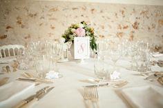 Décoration de centre de table simple et chic pour un mariage by @agencehappynd   Wedding table décoration. #wedding #decoration Decoration Table, Table Settings, Tables, Chic, Home Decor, Center Table, Mesas, Shabby Chic, Elegant