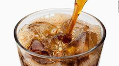 人工甘味料を使ったダイエットソーダなどの清涼飲料水を飲んでいた人は、脳卒中や認知症を発症する確率が高いという調査結果が20日、米心臓協会の学会誌「ストローク」に掲載された。ただし因果関係は立証できておらず、業界団体は反発している。  一方、糖分の多い飲料でも、人工甘味料を使わない清涼飲料水やフルー...