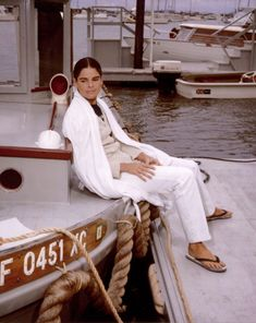 Ali McGraw in white jeans and a white coat in Ali Macgraw, 70s Fashion, Timeless Fashion, Vintage Fashion, Timeless Elegance, Audrey Hepburn, Katharine Ross, Belstaff, Vintage Denim