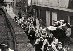 Neskatilak prozesioa egiten Basagoiti Etorbidean / Alumnas del Colegio del Puerto en procesión por la Avenida Basagoiti (Cedida por Mikel Martínez) (ref. 02741)