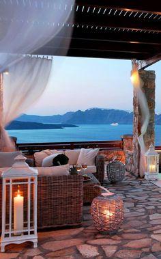INVERNO E MAR | Sim, eles combinam, desde que você crie um ambiente propício. Inspiração para aquecer a varanda da casa de praia. #inspiracao #decoracao #areaexterna #ficaadica #SpenglerDecor