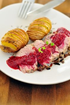 Polędwiczki wieprzowe w sosie malinowym i ziemniaczkami Hasselback Pork, Meat, Cooking, Raspberry Sauce, Potatoes, Deserts, Recipes, Pork Loin