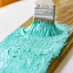 How to Make Your Own Salt Paint to Create a Chippy Beach Cottage Finish You are in the right place about beach house decor australian Here we offer you the most beautiful pictures about the beach hous Beach Cottage Style, Beach Cottage Decor, Coastal Style, Coastal Decor, Diy Home Decor, Coastal Living, Beach Decor Bathroom, Beach Cottage Bedrooms, Seaside Decor