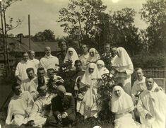 Alix and Tatiana with soldiers - Tsarskoe Selo Infirmary - 1915