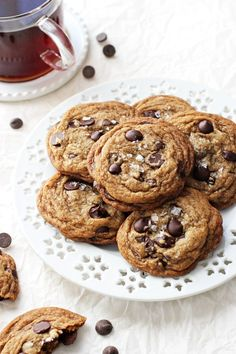 Chewy on the inside and crispy around the edges, these easy coconut oil espresso chocolate chip cookies are impossible to resist! And no mixer required! Crazy Cookies, Kinds Of Cookies, Dark Chocolate Chips, Chocolate Chip Cookies, Espresso Powder, Classic Desserts, Cookies Et Biscuits, Cookie Recipes, Coconut Oil
